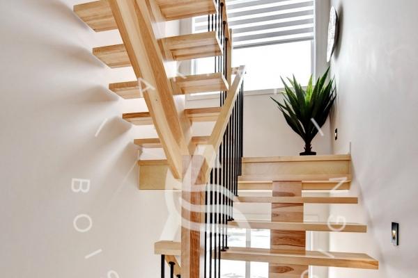 escalier-limon-bois-rampe-poteaux-sur-mesure-barreaux-acier-akira-logo-2C9EBFBDC-0A05-44F3-3602-BA8ACFFB541F.jpg