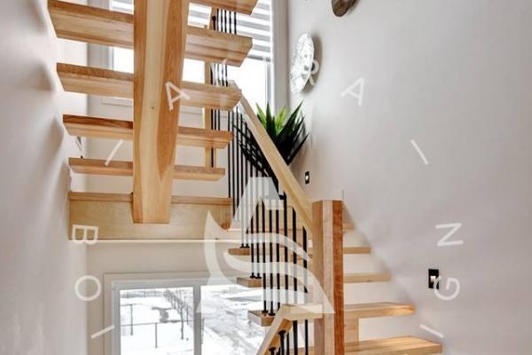 escalier-limon-bois-rampe-poteaux-surmesure-barreaux-acier-akira-logo-1983946C8-DFA1-115C-48F9-FAC680E2A0F1.jpg