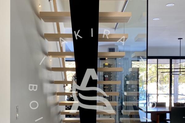 escalier-limon-central-acier-marche-rampe-sur-mesure-mur-de-verre-u-channel-lumiere-akira-logo-3433B0C1A-63A5-2C65-2B81-1F5486A610D5.jpg