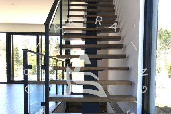 escalier-limon-centrale-acier-rampe-bois-garde-corps-acier-verre-akira-logo-1ACA0DCBF-972C-5F4B-6432-F2A090FF586C.jpg