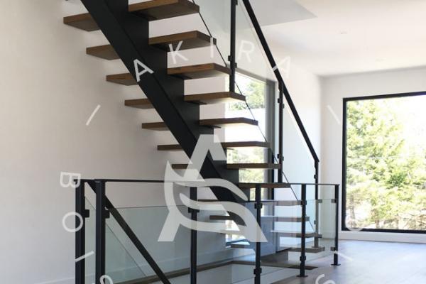 escalier-limon-centrale-acier-rampe-bois-garde-corps-acier-verre-akira-logo-359AFAD50-3520-57E7-628B-A06E6558D8E8.jpg