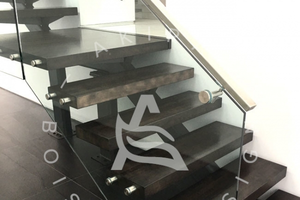 escalier-sur-mesure-akira-marche-en-bois-rampe-vitre-limon-metal-logo-11436A6C6-3968-76D8-B8BA-AE951005B067.jpg