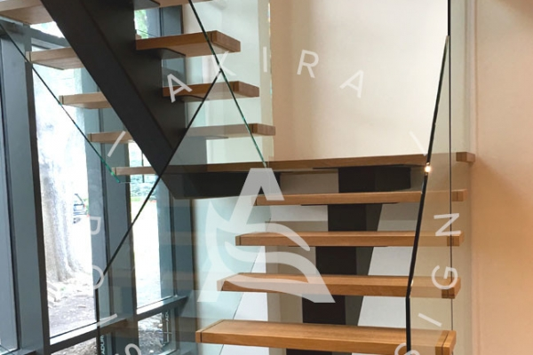 escalier-sur-mesure-laurentides-chene-blanc-limons-acier-rampe-en-verre-akira-logo-1617F8B92-C3C0-5137-0500-80E11658BD7E.jpg