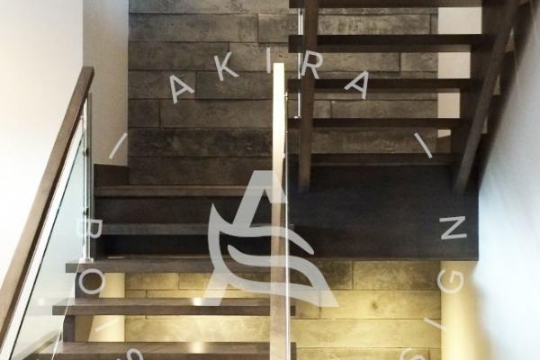 escalier-sur-mesure-laurentides-erable-limon-bois-rampe-inox-verre-akira-logo-2492306D6-D5B6-2A94-82C0-94BC7E6E1CAB.jpg