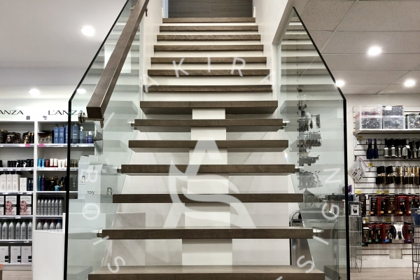 escalier-sur-mesure-laurentides-limon-central-bois-rampe-garde-corps-verre-akira-logo6E098E9A-0B85-C4E5-8CF3-8CD251B1CBA2.jpg