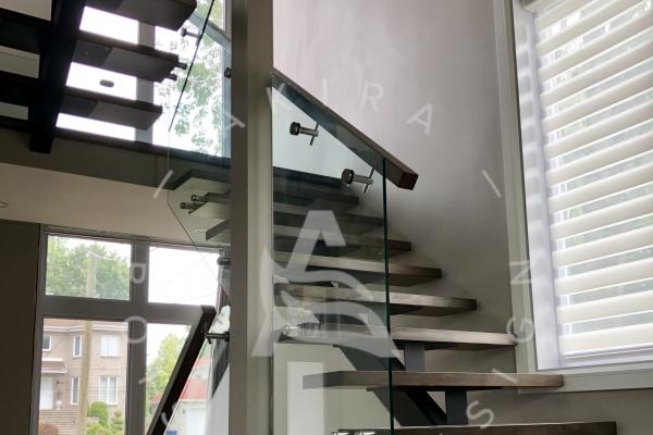 escalier-sur-mesure-laurentides-limon-central-hss-acier-rampe-garde-corps-verre-akira-logo22B0983D-CB5E-3B4B-DAE6-030222ED49BF.jpg