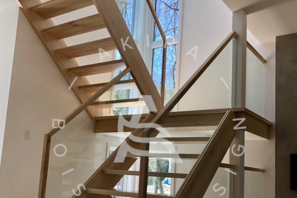 escalier-sur-mesure-laurentides-limons-bois-massifs-chene-blanc-garde-corps-verre-akira-logo210CF2ED-FA9A-D16E-4606-CE14F2E75137.jpg