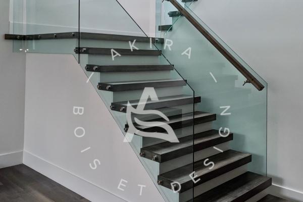 escalier-sur-mesure-limon-central-acier-blanc-marche-clipper-rampe-bois-garde-corps-verre-akira-logo-6F1AAF317-7397-A5E3-82E2-E3DBE2353E77.jpg