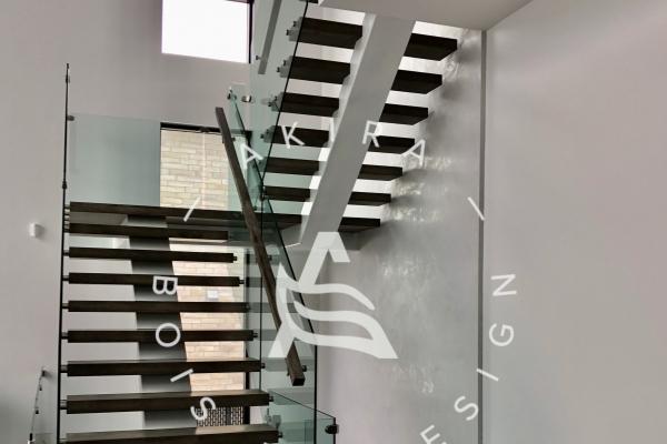 escalier-sur-mesure-limon-central-acier-blanc-marche-clipper-rampe-bois-garde-corps-verreakira-logo-2F840FDA5-5461-1AC5-FDEF-1E64560A5322.jpg