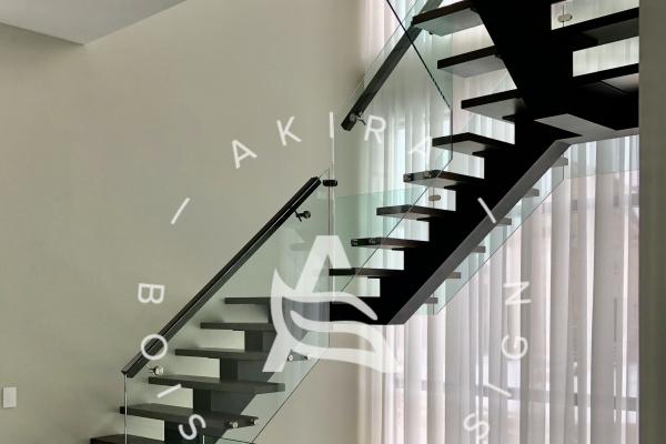 escalier-sur-mesure-limon-central-acier-noir-double-joint-mecanique-marche-rampe-bois-garde-corps-verre-etage-akira-logo-25153F6EA-3FDD-4212-DEA4-6C22775E5194.jpg