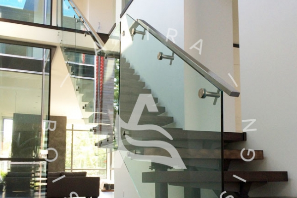 escalier-sur-mesure-akira-marche-en-bois-rampe-vitre-limon-metal-logo-3F4663EDA-DADB-6D76-D7A6-155FF43EA93B.jpg