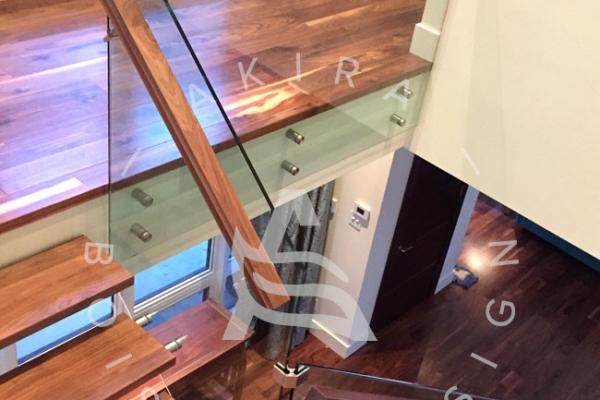 escalier-sur-mesure-laurentides-limon-central-sur-mesure-noyer-rampe-verre-akira-logo-2972A5050-4EEC-78DF-7D02-32EEB56263BF.jpg