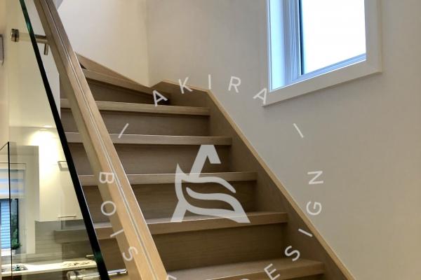 escalier-design-sur-mesure-chene-blanc-rampe-rainure-acier-verre-akira-logoF8ABB2BE-A24A-2811-70B5-F098C670DC56.jpg