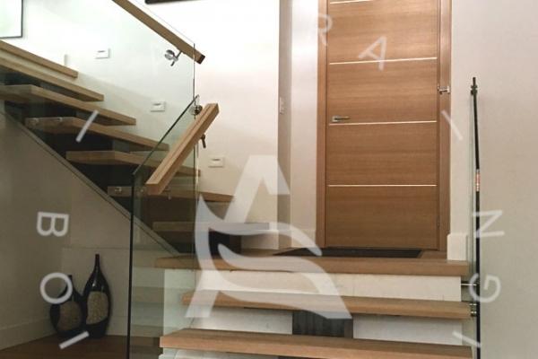 escalier-design-sur-mesure-laurentides-bois-chene-blanc-limon-acier-rampe-verre-akira-logo114F3E95-EB25-6828-26B9-146D3136D842.jpg