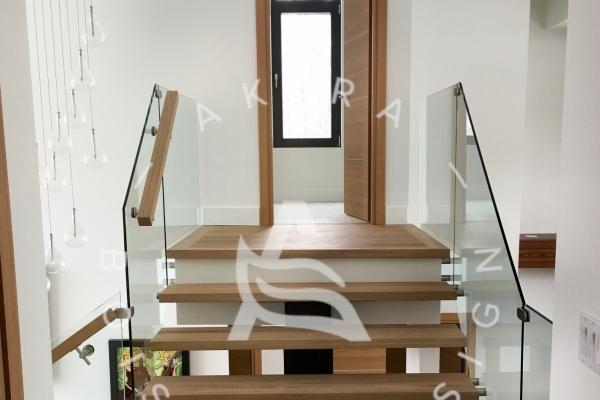 escalier-design-sur-mesure-laurentides-chene-blanc-limon-acier-rampe-garde-corps-verre-akira-logoCDC8B87E-210F-5A87-7DB8-BE311DE73E52.jpg