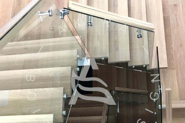 escalier-en-bois-sur-mesure-laurentides-limon-acier-rampe-en-verre-akira-logoF1F9CE9E-1C83-AF2C-5417-2BE404BBFAAA.jpg
