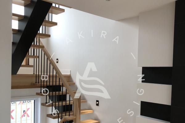 escalier-limon-bois-noir-rampe-poteaux-sur-mesure-erable-garde-corps-barreaux-acier-akira-logo-1E3851F72-33C9-A848-37E1-BA4D7F527008.jpg