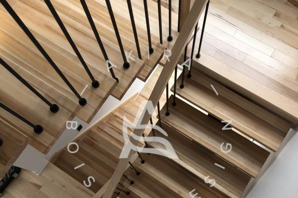 escalier-limon-bois-noir-rampe-poteaux-sur-mesure-erable-garde-corps-barreaux-acier-akira-logo-29F63ADC2-5695-2AA5-AD66-213042428FE7.jpg