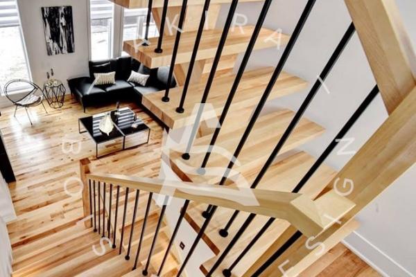 escalier-limon-bois-rampe-poteaux-sur-mesure-barreaux-acier-akira-logo-4681FF577-7E59-6CDA-30DF-500EFBDAB88A.jpg