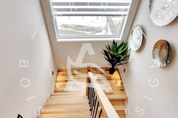 escalier-limon-bois-rampe-poteaux-sur-mesure-barreaux-acier-akira-logo-5AF8F1E9A-7532-81AA-75EB-9D06D86DFDA1.jpg