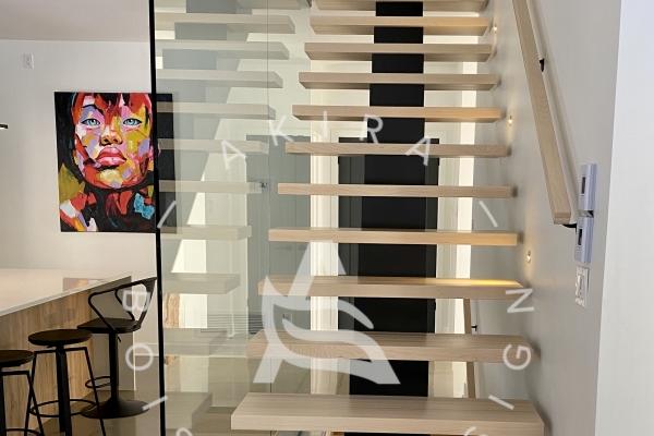 escalier-limon-central-acier-marche-rampe-sur-mesure-mur-de-verre-u-channel-lumiere-akira-logo-171F8129C-B34C-4184-3808-7BACC7DD8AD4.jpg