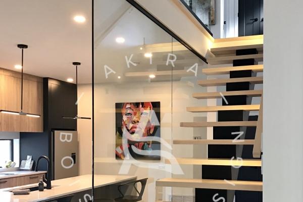 escalier-limon-central-acier-marche-rampe-sur-mesure-mur-de-verre-u-channel-lumiere-akira-logo-22D134A8F-79F1-8B83-BC5C-EFE6EF204046.jpg