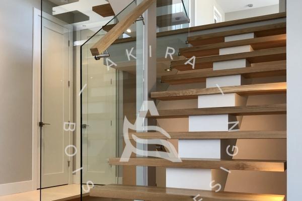 escalier-limon-central-bois-blanc-marches-rampe-mur-de-verre-garde-corps-verre-akira-logo-1CAE3164C-79D8-E97D-B08C-E4A36614B9F2.jpg