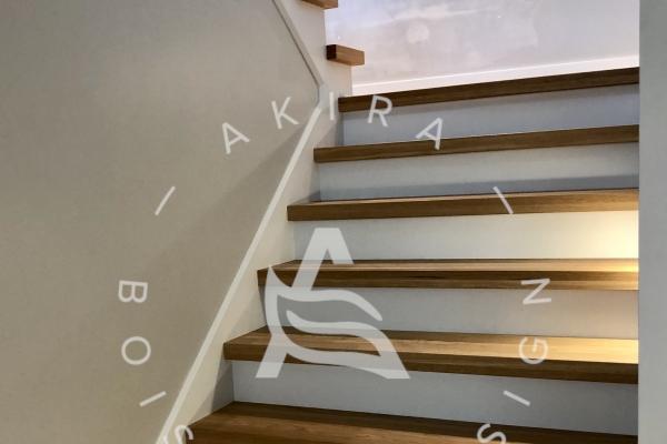 escalier-limon-central-bois-blanc-marches-rampe-mur-de-verre-garde-corps-verre-akira-logo-22AFF15FF-0B08-D2B3-D2DE-047697223B8A.jpg