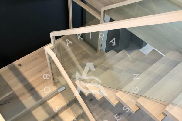 escalier-limon-central-chene-blanc-sur-mesure-garde-corps-verre-encastrer-main-courante-finition-bois-akira-logo-3FD886616-795A-8E8C-A529-B7361C56F24C.jpg