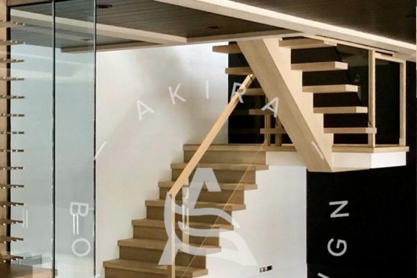 escalier-limon-central-chene-blanc-sur-mesure-garde-corps-verre-encastrer-main-courante-finition-bois-akira-logo-58D584123-2E0B-7640-7310-E51E14B08031.jpg