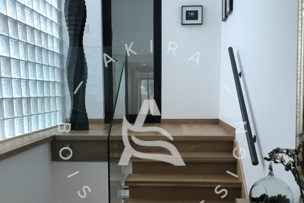 escalier-sur-mesure-laurentides-bois-rampe-au-mur-garde-corps-verre-akira-logo-132B9193F-E2C4-4293-D3CB-670B70D65AC7.jpg