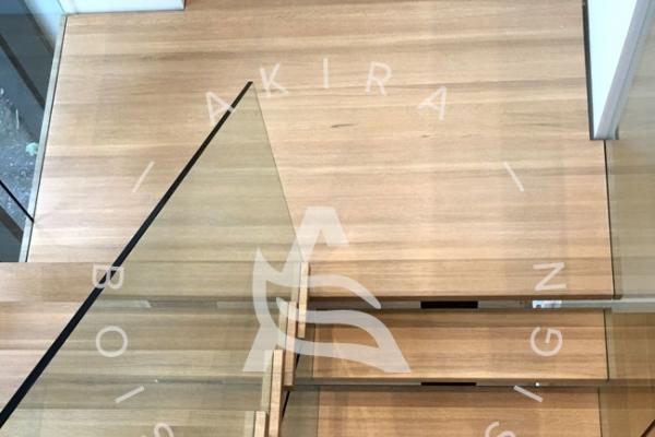 escalier-sur-mesure-laurentides-chene-blanc-limons-acier-rampe-en-verre-akira-logo-32BDE58D5-64A3-6173-10EB-E740370AC2AC.jpg