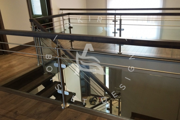 escalier-sur-mesure-laurentides-erable-limon-bois-rampe-inox-verre-akira-logo-3C308334D-57C8-0E3D-682F-9F9D5B052251.jpg
