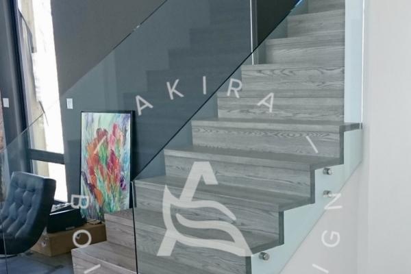 escalier-sur-mesure-laurentides-frene-rampe-verre-akira-logo-3D52739AC-516F-E208-DC11-BD9CD4868FC4.jpg