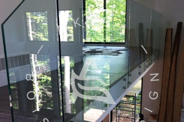 escalier-sur-mesure-laurentides-frene-rampe-verre-akira-logo-6BB86A12F-3016-517B-CBDE-6430B3E2BA3B.jpg