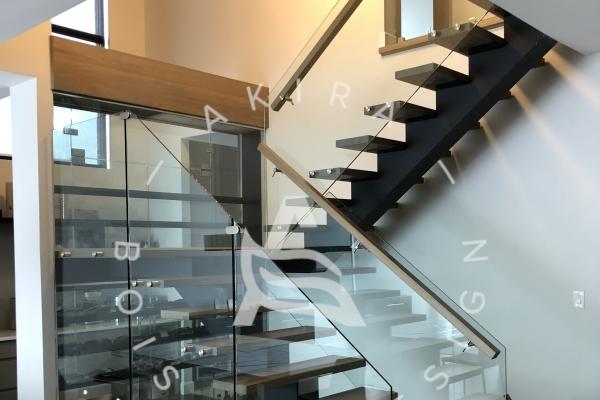 escalier-sur-mesure-laurentides-limon-central-acier-palier-structure-rampe-garde-corps-verre-akira-logo-1405B1BC5-4602-B831-33D8-EE5062DD40B3.jpg