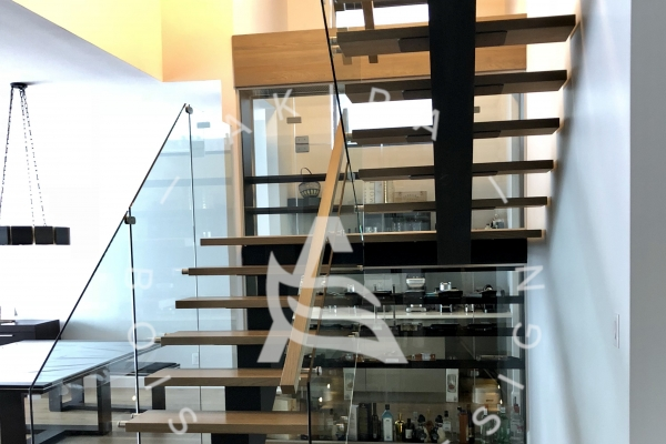 escalier-sur-mesure-laurentides-limon-central-acier-palier-structure-rampe-garde-corps-verre-akira-logo-232962D60-3A32-A5B4-ADB7-4A5F4ED0998E.jpg