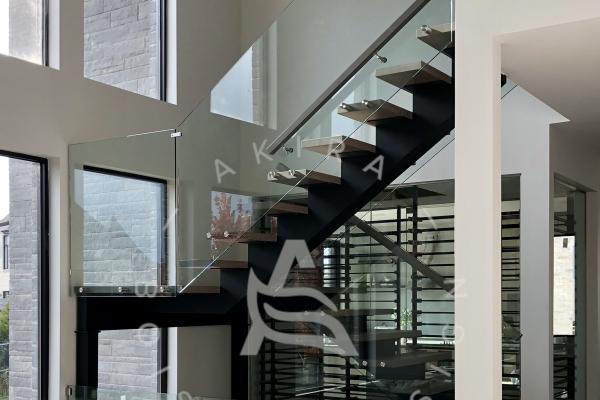 escalier-sur-mesure-laurentides-limon-central-acier-palier-structure-rampe-mur-garde-corps-verre-akira-logo-3CFB622FF-779F-CE94-4141-0A7EFBDAB6C2.jpg
