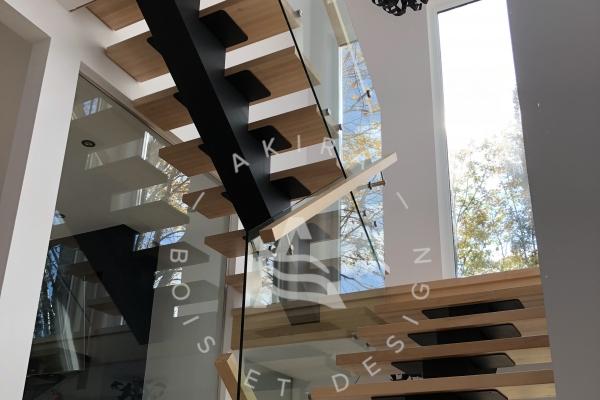 escalier-sur-mesure-laurentides-limon-central-acier-rampe-garde-corps-verre-akira-logo-16443D9D7-78CD-A3DF-3830-6CDC0EA98C73.jpg