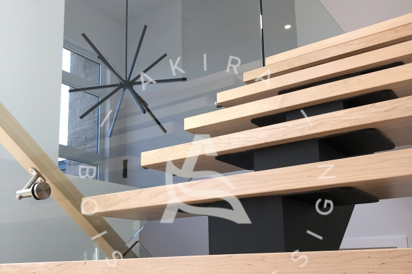 escalier-sur-mesure-laurentides-limon-central-acier-rampe-garde-corps-verre-akira-logo-39FA2A116-AED7-406E-85CC-800284E48180.jpg