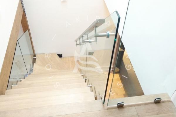escalier-sur-mesure-laurentides-limon-central-hss-acier-set-marche-angle-rampe-garde-corps-verre-akira-logo-16341A122-5BD4-B2CF-9776-7E569864F11E.jpg