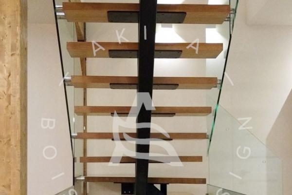 escalier-sur-mesure-laurentides-limon-central-hss-acier-set-marche-angle-rampe-garde-corps-verre-akira-logo-26B1D1453-DF37-2DD2-725A-61C6260B1D84.jpg