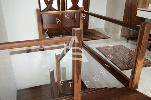 escalier-sur-mesure-laurentides-noyer-rampe-verre-limon-central-akira-logo-27540A163-9533-0552-F24B-6F82970BE9B2.jpg