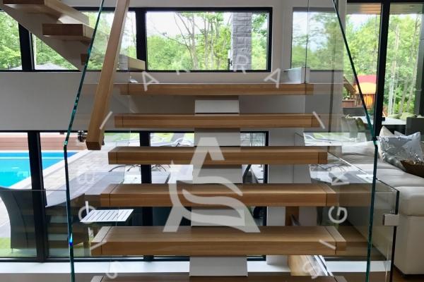 escalier-sur-mesure-laurentides-prestige-chene-blanc-framless-verre-limon-central-clip-akira-logo-4CD2BC901-A38C-3024-D42C-1B131AEBA9B9.jpg