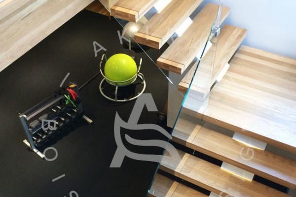 escalier-sur-mesure-laurentides-prestige-chene-blanc-framless-verre-limon-central-clip-akira-logo-511E06068-03E7-2892-DDA5-F7E95D9A762F.jpg
