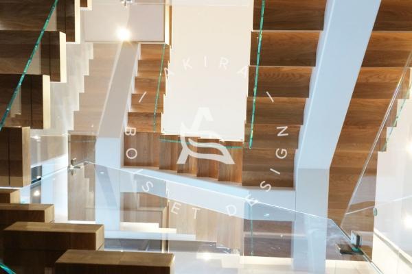 escalier-sur-mesure-laurentides-prestige-chene-blanc-framless-verre-limon-central-clip-akira-logo-7AB543B91-89FA-E549-1BBF-5DA1194FBFC3.jpg