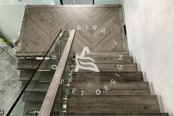 escalier-sur-mesure-limon-central-acier-blanc-marche-clipper-rampe-bois-garde-corps-verre-akira-logo-59848A8C1-768D-B13F-0F03-D19B338A674A.jpg