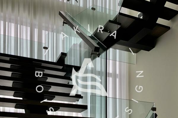 escalier-sur-mesure-limon-central-acier-noir-double-joint-mecanique-marche-rampe-bois-garde-corps-verre-etage-akira-logo-1BC291EDE-BE33-CF25-110D-7F2C9EAFD450.jpg