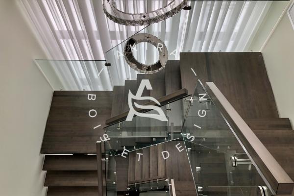 escalier-sur-mesure-limon-central-acier-noir-double-joint-mecanique-marche-rampe-bois-garde-corps-verre-etage-akira-logo-38C2B5874-CF6E-266B-5E0E-736C69F44793.jpg