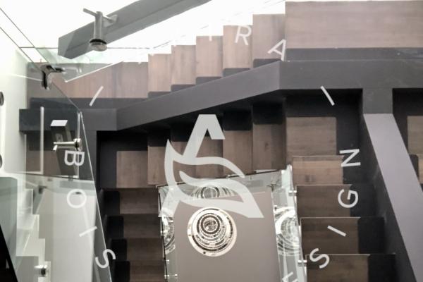 escalier-sur-mesure-limon-central-acier-noir-double-joint-mecanique-marche-rampe-bois-garde-corps-verre-etage-akira-logo-401CDFF1E-F3D3-8C16-9867-044773E5C103.jpg